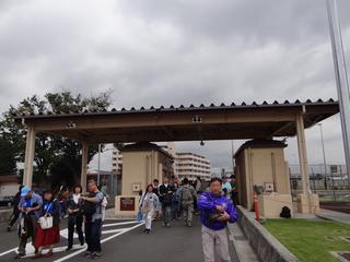 横田基地ゲート.JPG